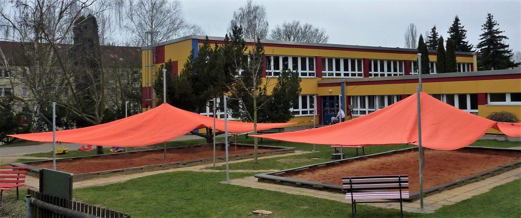 Sonnensegel als Sonnenschutz für den Spielplatz in Kindergarten und Schule