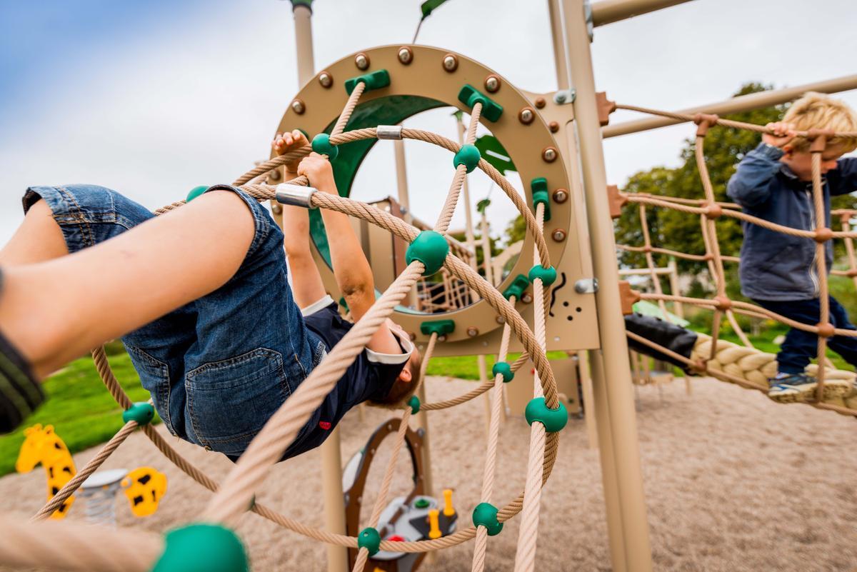 Kletterspielgerät und Kletterparcours für den Spielplatz